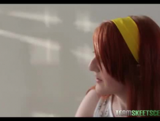 تحصل مارس الجنس امرأة سمراء مع الشعر الأحمر في كس مشعر بينما على الأريكة