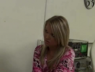 طبيبة شقراء تلمس مؤخرة المريض الأسود بعد أن سمحت للجميع بالتناوب