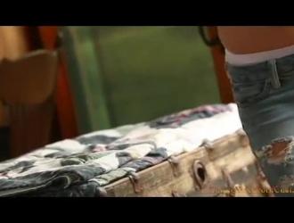 وحيدا فتاة رمادية مع بشرة ناعمة يظهر مهبل حلق