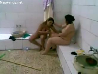 تقوم امرأة عربية صغيرة بضرب عشيقها الجديد ، بينما لا يراقبها أحد في العمل