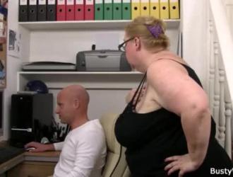 مدرب قذر مع زب كبير على وشك أن يمارس الجنس مع كس أليس بينك أثناء الاتصال الداخلي