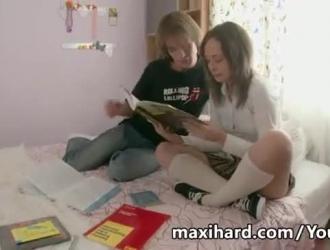 فتاة شقراء روسية في جوارب سوداء وحزام الرباط لديها جلسة جنس صعبة