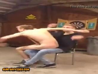 اثنين من الرجال قرنية للتعذيب من قبل المسيطر غريب