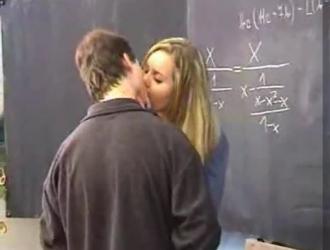 طالبة سيئة تقوم بواجبها بينما يقوم أساتذتها بمغامرة جنسية مثلية