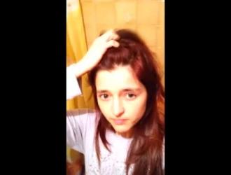 فتاة حمراء الشعر الساخنة تلعب مع حمولة