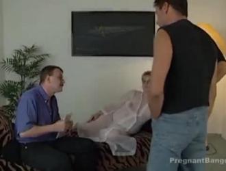 يظهر شقراء الحوامل سراويل