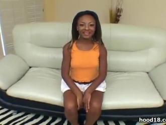 فتاة المدرسة مثير النايلون مصغرة تظهر لها الغنائم