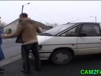 ضابطة شرطة ساذجة ، ترتدي ريبيكا زيها أثناء تقييدها في السجن