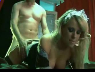 شقراء فرنسية عارية والحصول على مارس الجنس من الخلف ، في غرفة المعيشة الضخمة لها