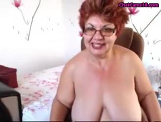تحب الجدة القرنية مشاركة شاب صغير ، في كل مرة ، في سريرها الضخم