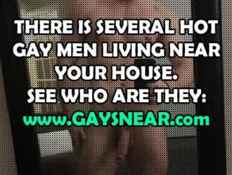 مثلي الجنس مثير ، وسيم في سن المراهقة مع عارية الوردي اللباس الداخلي عارية