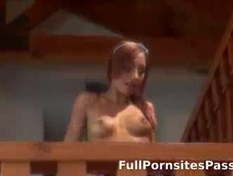 فاتنة ضئيلة مع الحمار الكمال مارس الجنس من الخلف بينما تساعد ابنتها أبي