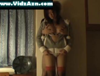فتاة آسيوية كبيرة الصدر في النايلون الأبيض