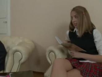 تلميذة شابة ساخنة تكشف عن بوسها لأول مرة