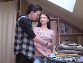 تقوم امرأة سمراء مراهقة روسية بعمل فيديو مثير مع أصدقائها ، لكسب بعض المال