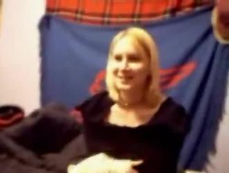 شقراء قرنية يظهر قبالة لها كس وردي ضيق