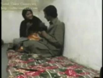 مثليه في سن المراهقة الأفغانية في شرائط سوداء السراويل