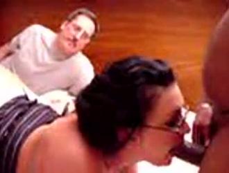 ينضج الديوث والمرضى يعرفون ماذا يفعلون لمضايقة مرضاهم ، في غرفة فندقية فاخرة