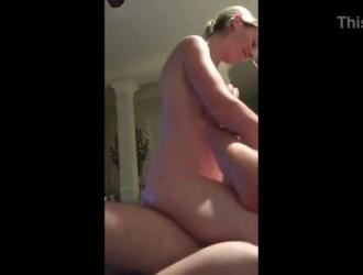 امرأة شقراء رشيقة مع كبير الثدي يلعب معها كس الرطب النقع على السرير