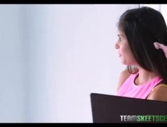 حصلت امرأة سمراء ذات ثدي صغير على كسها المحكم الأخضر المحكم بينما كانت في استوديو اليوغا