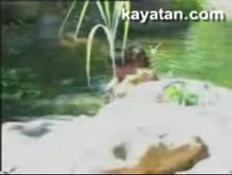 فتاة نهر يابانية اعتاد على حمام السباحة