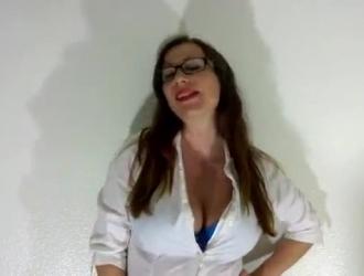 مثير امرأة سمراء المعلم الحصول على بوسها قصفت بدون قناع