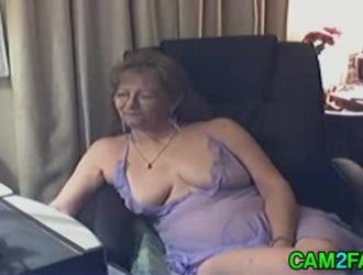 الجدة الجميلة ترقد على السرير ، بينما يقوم رجل عجوز مقرن جدا بحفر شقها