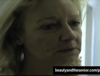 مجعد الشعر شقراء مارس الجنس في بوسها